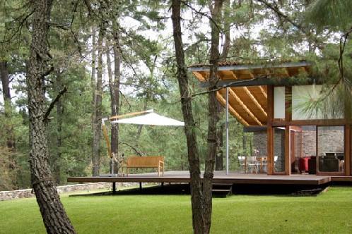 Gran dise o de fachada moderna combinando piedra madera y for America todo un inmenso jardin