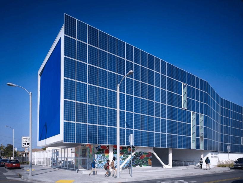 Una impresionante fachada de escuela publica cubierta con 650 paneles solares