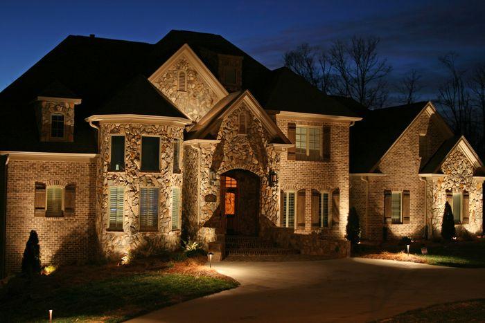 iluminar la fachada es un verdadero arte no se trata del simple acto de colocar luces en la fachada si no de tratar de exhibirla para que quien la observa