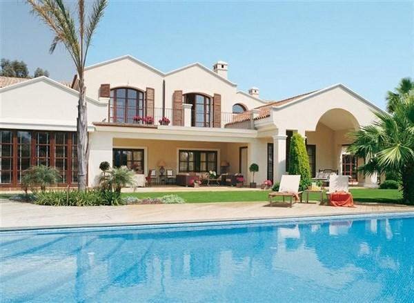Piscinas que acompa an el estilo de la fachada fachadas for Piscina estilo playa