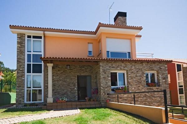 Elegantes chalets de piedra fachadas de casas for Fachadas de chalets modernos