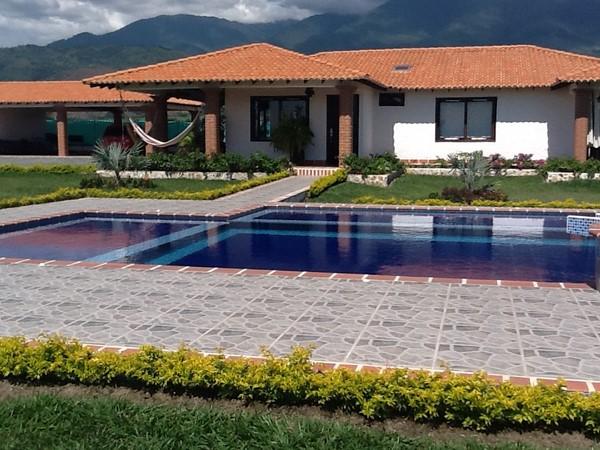 Estilo campestre acompa ado de piscina fachadas de casas for Estilo de piscina