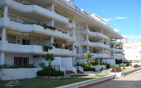 Apartamentos modernos y coloridos fachadas de casas for Fachadas apartamentos modernos