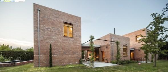 Una casa moderna con ladrillo visto todo fachadas for Casas modernas ladrillo