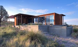 Pequeña casa moderna colocada justo en el desierto de Marfa
