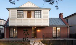 Hermosa casa con colores metafóricamente equilibrados: Tradición y modernidad