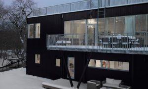Un techo de colina de trineo que transforma este hogar sueco en un patio de recreo de invierno