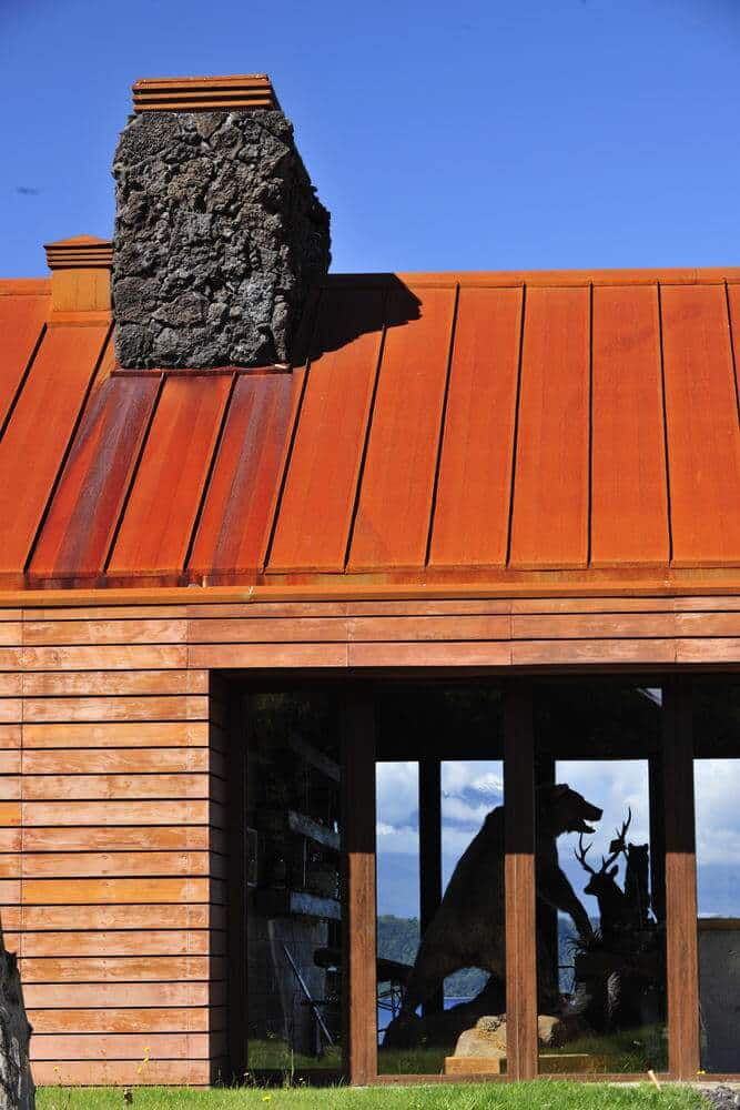 Con un diseño de piedra, madera y teja