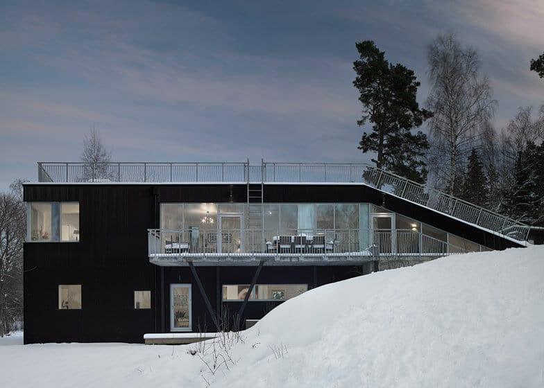 Casa con amplias ventanas