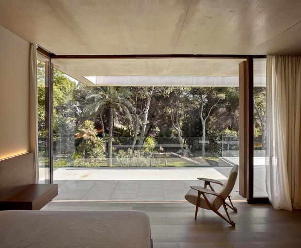 Un diseño con amplias ventanas