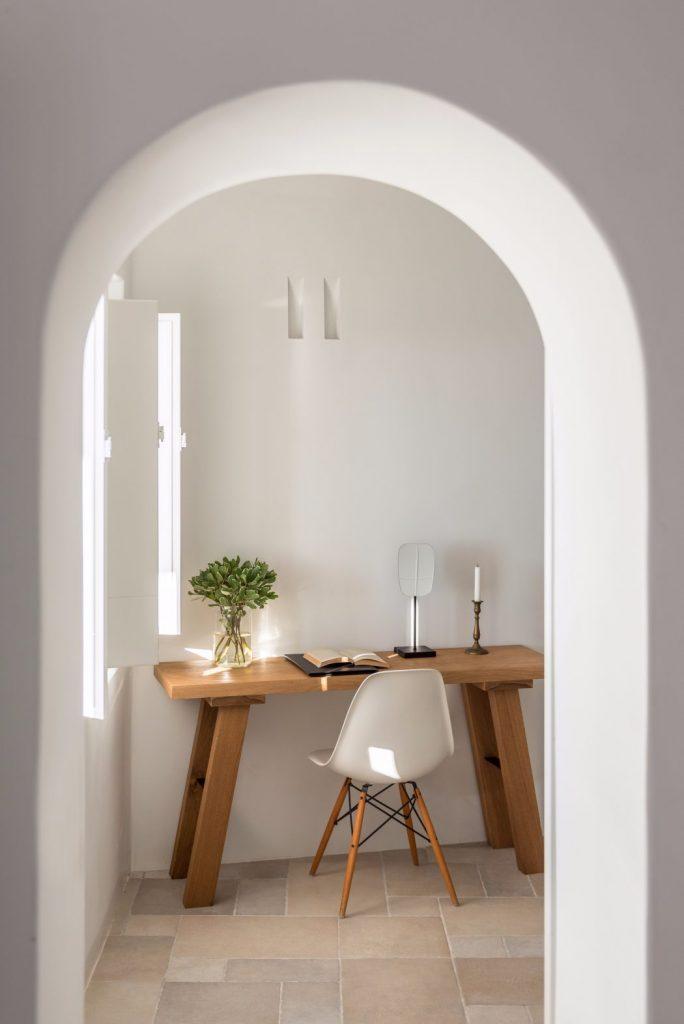 Mesa y silla como adorno de mueble