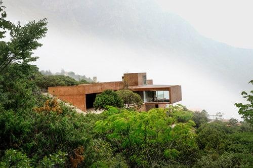Una casa en medio de la montaña
