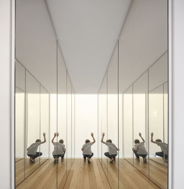 Diseño con espejos para darle amplitud al lugar