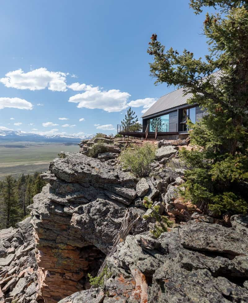 Casa sobre montaña rocosa