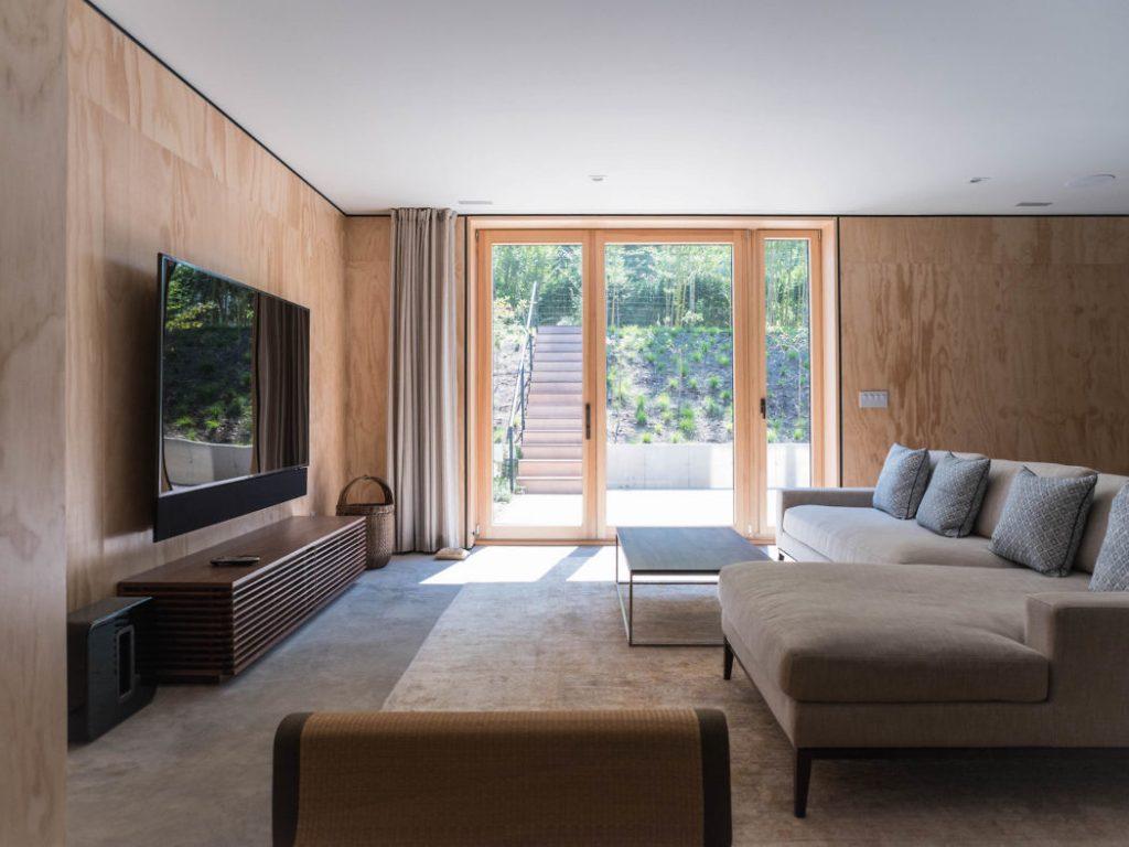 Habitación con amplias ventanas