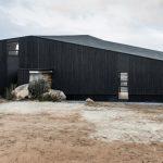 """""""Casa encallada"""" construida en el desierto en Santiago de Chile"""