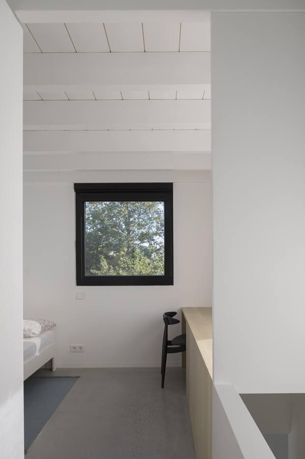Diseño interior blanco que contrasta con el exterior en color negro